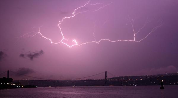 İstanbul'da Gecenin Karanlığını Şimşekler Aydınlattı