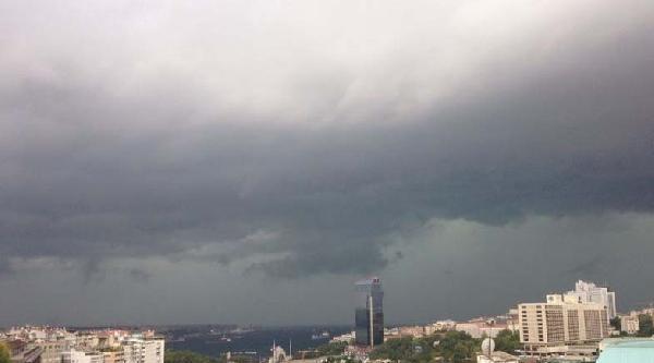 İstanbul'da Hava Karardı Yağış Başladı (1)