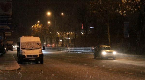 Istanbul'da Kar Yağişi Etkili Oluyor