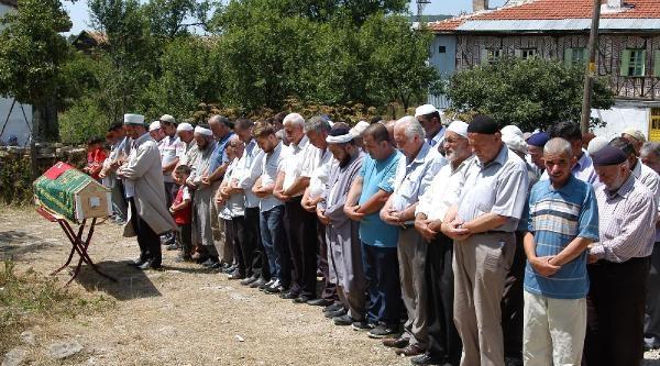 İstanbul'da Olaylarda Ölen Tekstil İşçisi Karabük'te Toprağa Verildi