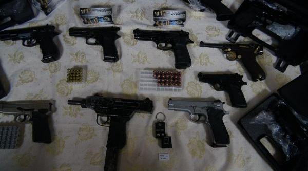 Istanbul'da Silah Kaçakçiliği Operasyonu /// Anahtarlik Biçiminde Suikast Silahi Da Ele Geçirildi