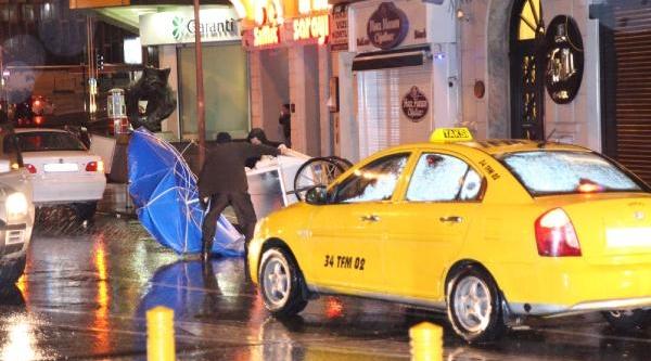 Istanbul'da Yağmur Ve Sert Rüzgar Etkili Oldu