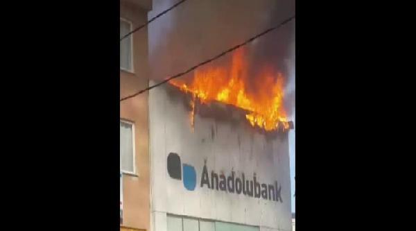 İstanbul'daki 2 Çati Yangını Korkuttu...