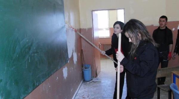 Istanbul'dan Gelen Üniversiteliler Çukurca'da Okul Boyadi