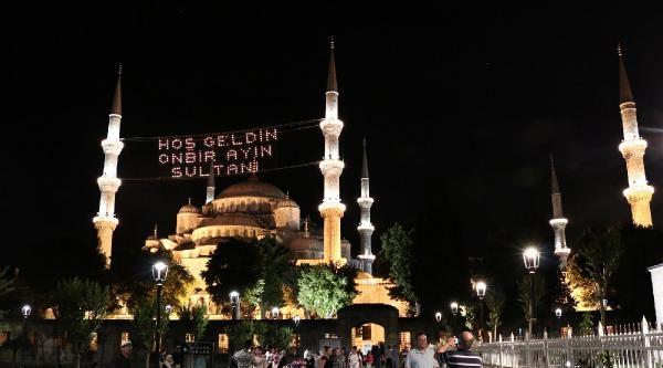 İstanbullular İlk Teravih Namazını Kıldı