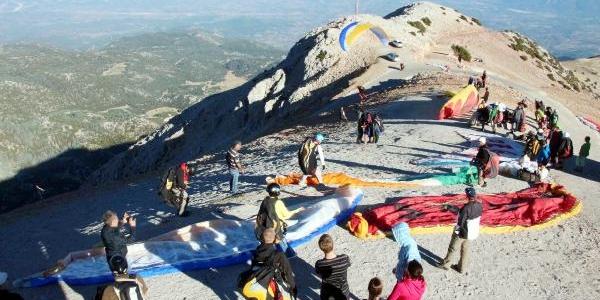 Isveçli Yamaç Paraşütü Pilotu Kayaliklara Düşerek Yaralandi