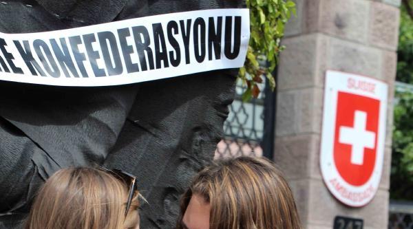 İsviçre'de Tutuklu Olan Babaları İçin Elçilik Önüne Çelenk Bırakıp, Başbakan'dan Yardım İstediler / Ek Fotoğraflar
