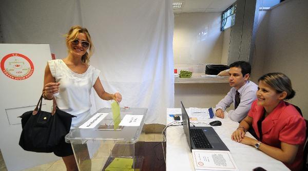 İtalya'da Seçim İçin 6 Sandıkta Oy Kullanmaya Başladı