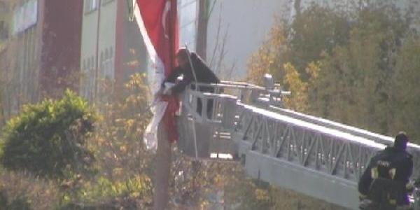 Itfaiye Ekiplerinin 'bayrak Düzeltme Nöbeti'