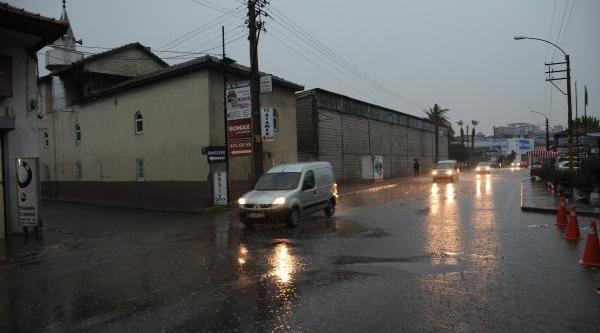 Izmir Güne Sağanak Yağmurla Uyandi