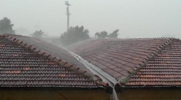 Izmir Güne Yağmurla Başladi