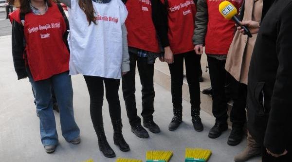 Izmir'de 10 Bin Kişi Düdük Çalip 'hirsiz Var' Diye Bağirdi