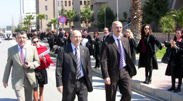 İzmir'de 2 Bin Avukat Aldiye Çevresinde 'adalet Ve Vicdan' Zinciri Oluşturdu