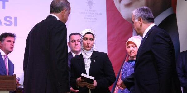 Izmir'de Ak Partisi'nin 400 Bininci Üyesi Başbakan Ile Görüşmesini Anlatti