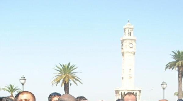 İzmir'de Chp'li Gençlerden Saat Kulesi Altında El Ele Protesto