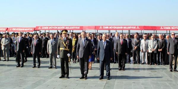 Izmir'de Cumhuriyet Bayrami Kutlamalari Başladi
