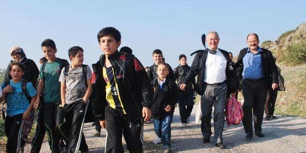 Izmir'De Eğitimde Kamyonlu Taşima