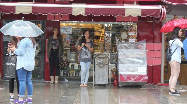 İzmir'de Sağanak Yağmur Kısa Sürdü