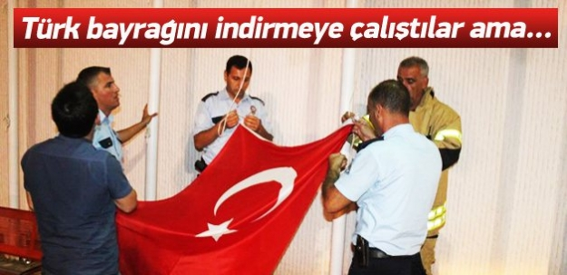 İzmir'de Türk Bayrağını indirmeye çalıştılar