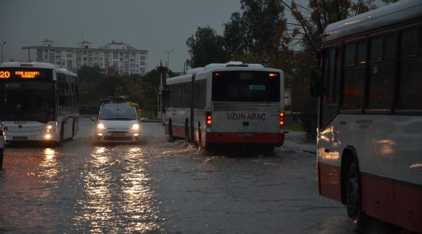 Izmir'de Yağmur Hayati Felç Etti