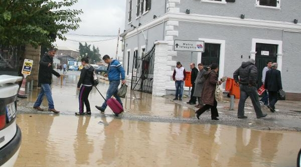 Izmir'de Yağmur Hayati Felç Etti (2)