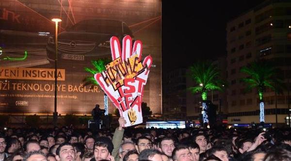 Izmir'de Yilbasi Kutlamasi Fotoğraflar