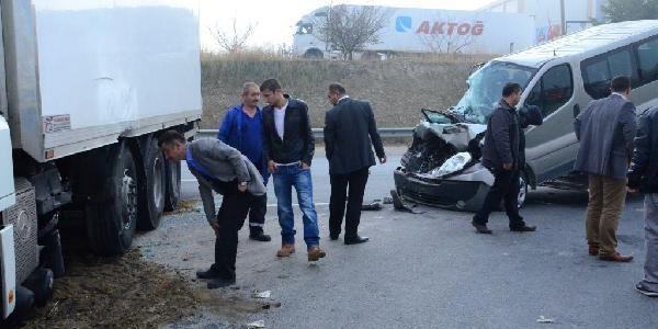 Izmir'de Yoğun Sis Kazasi: 5'i Öğrenci, 8 Yarali