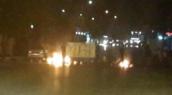 İzmir'de Yol Kapatan Gruba Polis Müdahalesi
