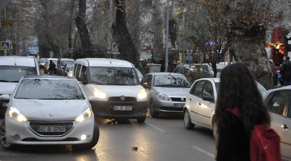 Izmit'te Yilsonu Hareketliliği Trafiği Kilitledi