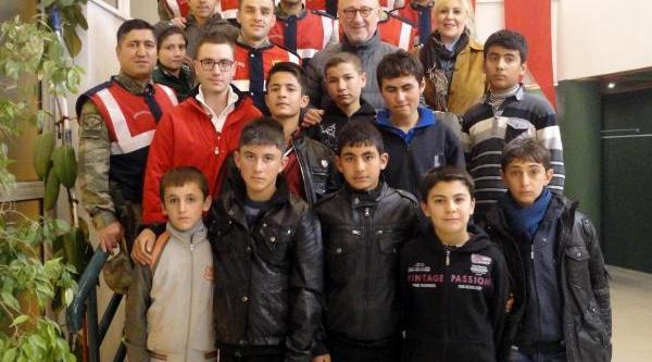 Jandarma, 11 Öğrenciyi Tiyatroyla Taniştirdi