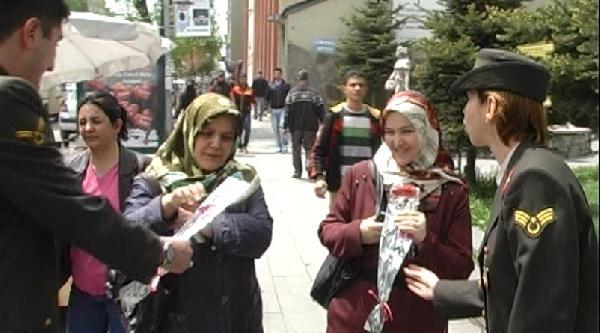 Jandarma Annelere Karanfil Dağıttı