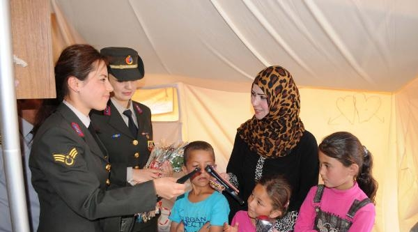 Jandarma, Çadir Kentte Suriyeli Anneleri Ziyaret Etti