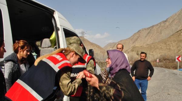 Jandarma Hakkarili Kadınların Gününü Kutladı