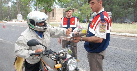 Jandarma Sürücülere Çiçek Ve Lokum Dağıttı