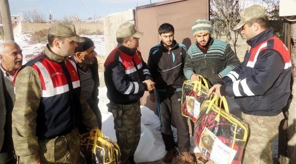 Jandarmadan 105 Suriyeli Aileye Battaniye Yardimi