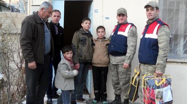 Jandarmadan 195 Suriyeli Aileye Battaniye Ve Bere Yardimi
