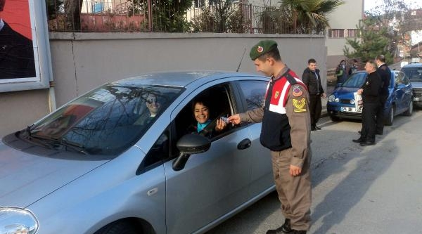 Jandarmadan Kadın Sürücülere Ayna Ve Anahtarlık