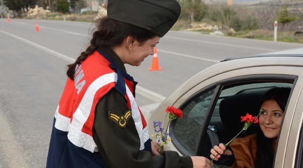 Jandarmadan Kadınlara Kırmızı Karanfil