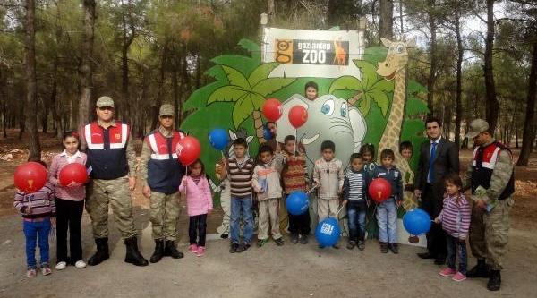 Jandarmalar, Çocuklara Hayvanat Bahçesi'ni Gezdirdi