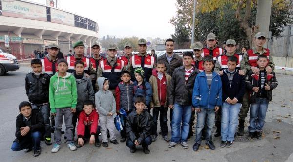 Jandarmalar, Çocuklari Maça Götürdü