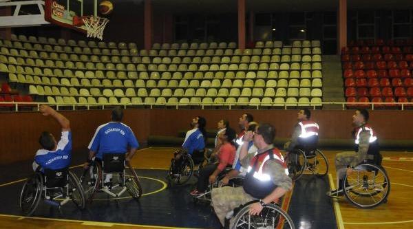 Jandarmalar, Tekerlekli Sandalye Basket Takimiyla Maç Yapti