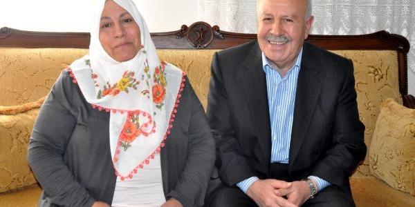 Kaçirilan Pilot Ağca'nin Elaziğ'daki Baba Evinde Umutlu Bekleyiş
