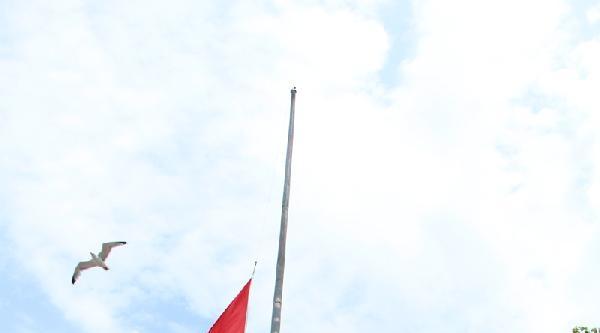 Kadıköy İskele Meydanı'nda Bayraklar Yarıya İndirildi