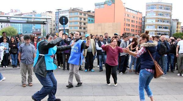 Kadıköy Meydanı'nda Şarkili Halaylı Kutlama