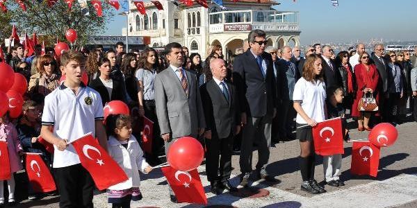 Kadiköy'De Cumhuriyet Kutlamalari Meşale Yakma Töreni Ile Başladi