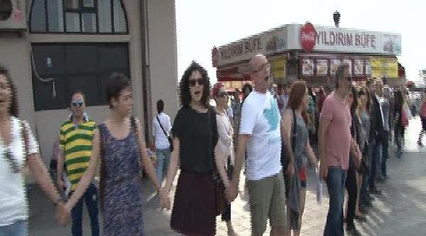 Kadıköy'de Soma İçin İnsan Zinciri