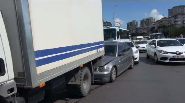 Kadıköy'ün Göbeğinde Bir Minibüsün Freni Boşaldı, 8 Araç Birbirine Girdi