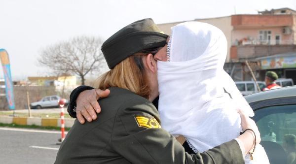 Kadın Askerlerden, Kadınlara Karanfil