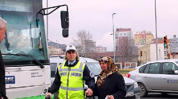 Kadın Polisler, Yayaların Güvenli Geçişini Sağlıyor