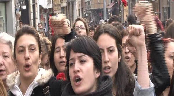 Kadın Sendikacılar 1977'de Ölenler İçin Kazancı Yokuşu'na Karanfil Bıraktı